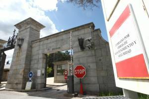 ÁNGEL DE ANTONIO  La entrada al Valle de los Caídos permanecía ayer cerrada a cal y canto «por obras de mantenimiento y seguridad»