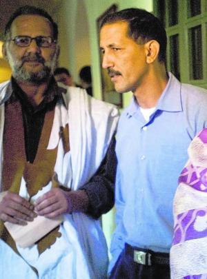 LUIS DE VEGA  Brahim Dahane (dcha.), saharaui preso en Marruecos