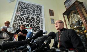 REUTERS  El cardenal Ortega habla a la prensa en La Habana frente a una réplica de la Virgen del Cobre, patrona de Cuba