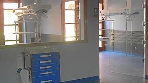Iglesias inauguró sus «quirófanos fantasma» antes de comprar el equipamiento