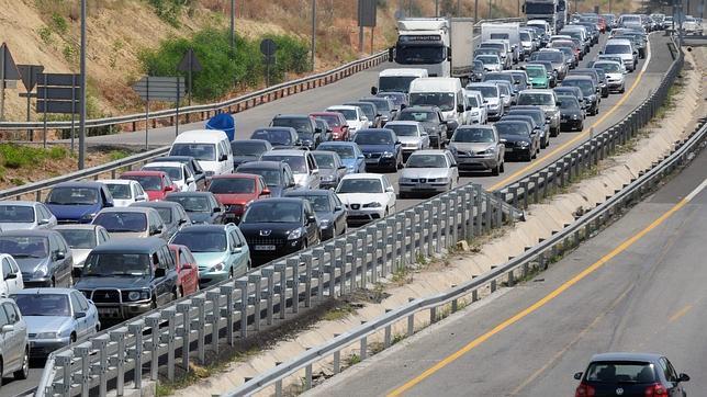 Las obras y el puente del Corpus causan retenciones kilómetricas en las carreteras españolas