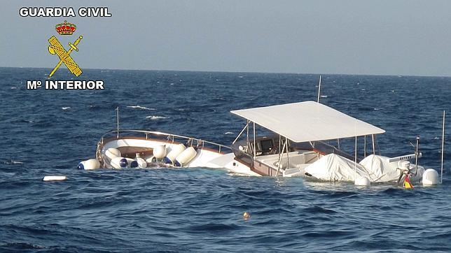 Rescatan a un padre y un hijo tras hundirse su embarcación en Sitges