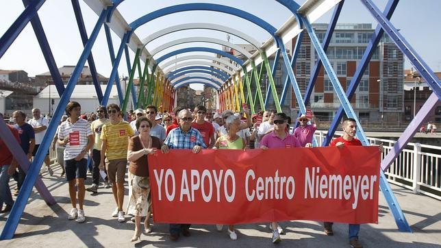 Miles de personas piden en Avilés la continuidad del Centro Niemeyer
