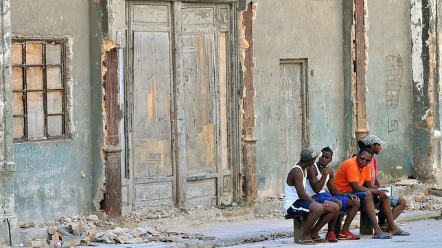Los Castro instan a los cubanos a construir sus propias casas por la «escasez» de obreros