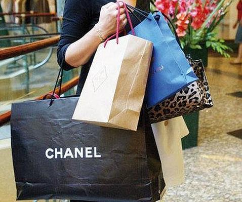 Mujer con bolsas de marca Chanel