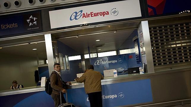 Vueling y Air Europa buscan trabajadores extra por si Spanair se queda en tierra