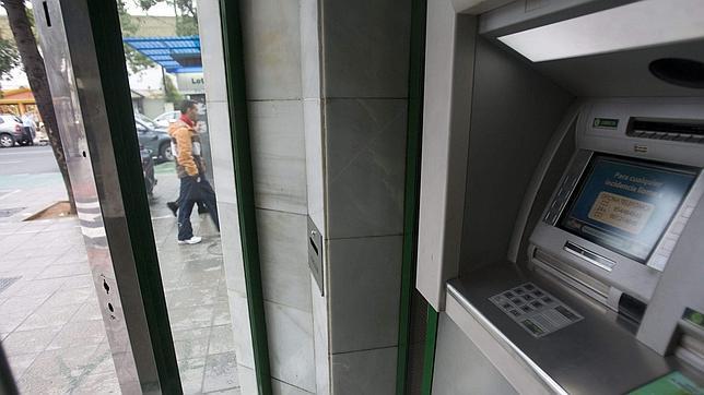 Detenido por robar más de 5.000 euros en cajeros automáticos mediante el método del «cash trapping»
