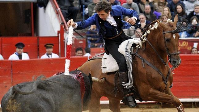 Spínola sale a hombros y Hermoso corta una oreja en Mérida