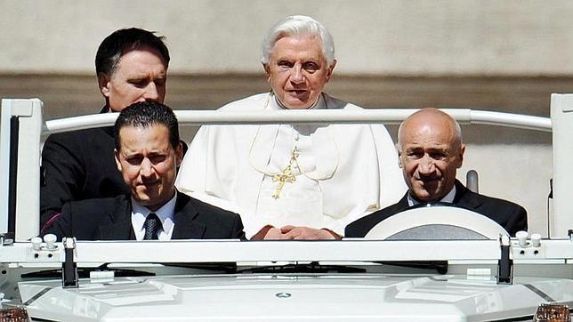 Los «topos» del Vaticano dicen que defienden al Papa frente a Bertone