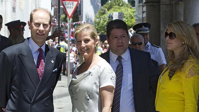 Gibraltar afirma ante el Príncipe Eduardo que se siente «atacada y hostigada» por España