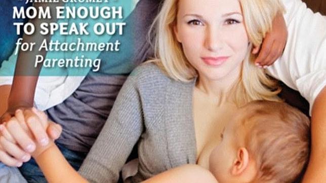 Provoca un escándalo al aparecer en una revista dando de mamar a su hijo de cuatro años