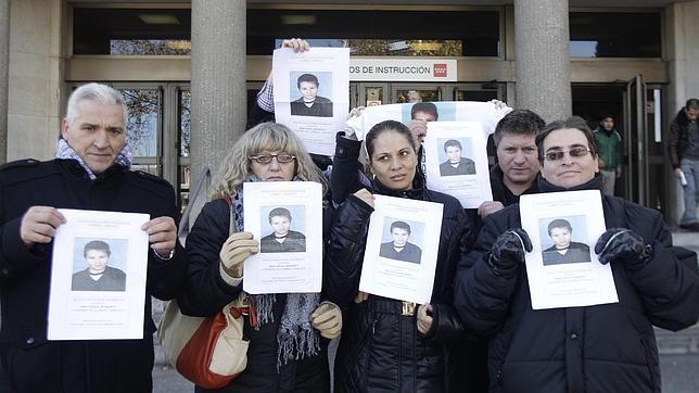 Los padres del niño rumano que apareció muerto protestan en Plaza de Castilla