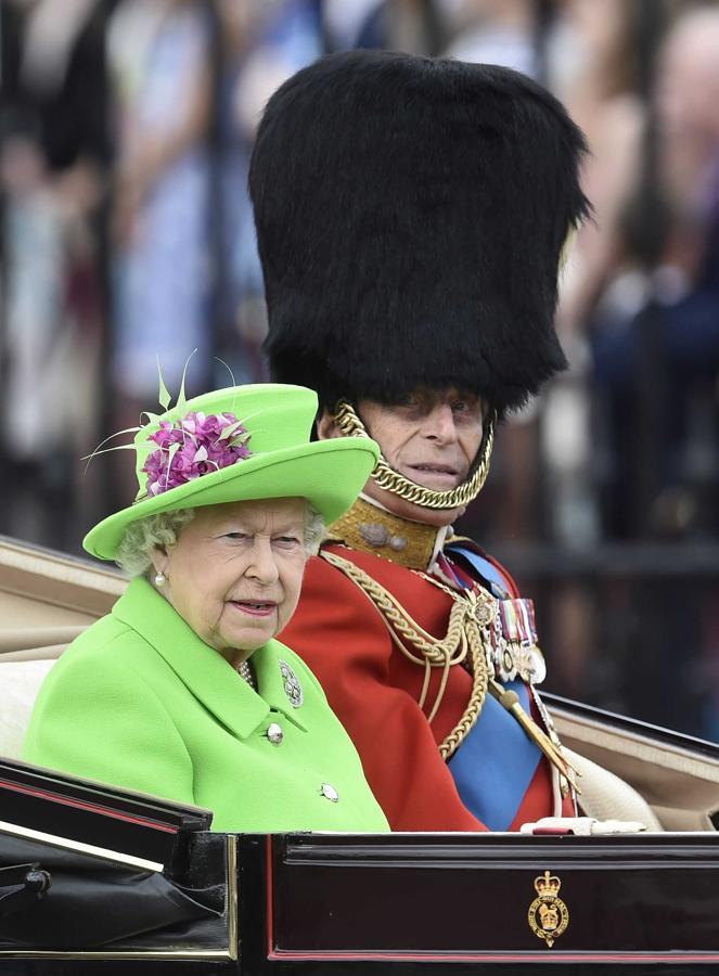 La Reina Isabel apareció vestida de verde, junto al príncipe Felipe en un coche descapotable para iniciar la marcha
