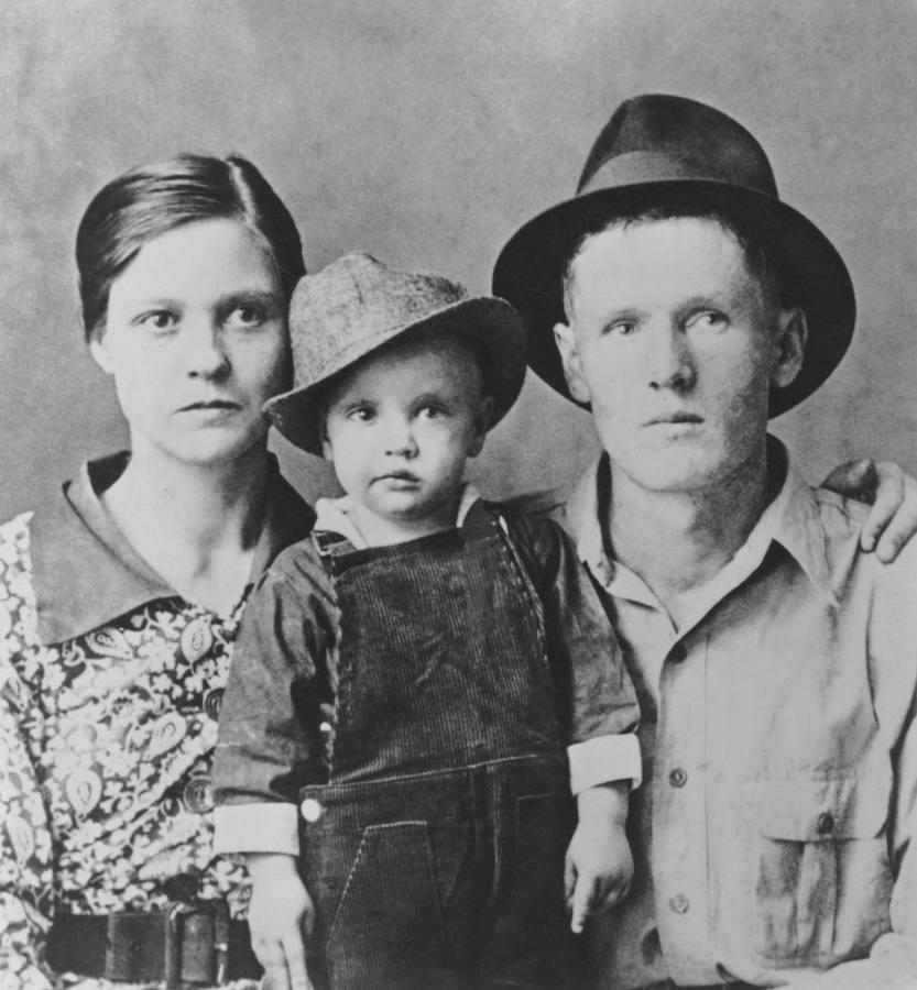 Elvis, con apenas dos años, entre sus padres: Vernon Elvis y Gladys Love