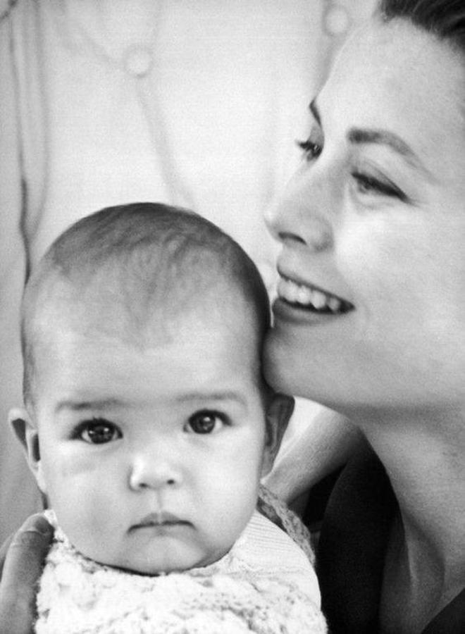 Estefanía de Mónaco, condesa de Polignac, es la hija menor de Raniero III de Mónaco y la actriz Grace Kelly. Hermana de Alberto de Mónaco y Caroline, princesa de Hannover. Ocupa el décimo puesto en la línea de sucesión al trono de Mónaco