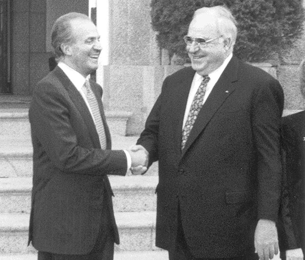 Helmut Kohl, junto al Rey Juan Carlos I en una fotografía fechada en noviembre de 1996