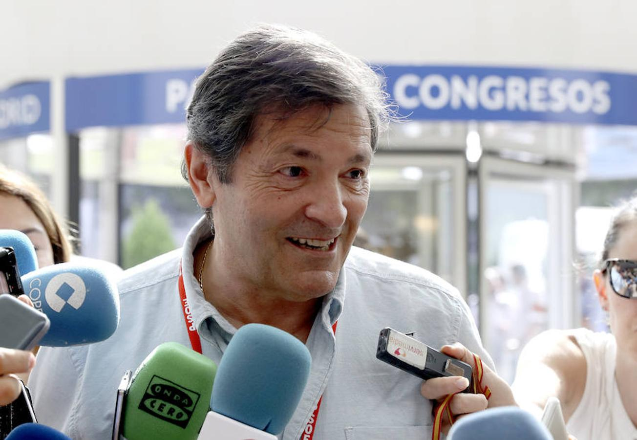 El presidente asturiano y de la Gestora del PSOE, Javier Fernández, atiende a los medios a su llegada al 39 congreso federal