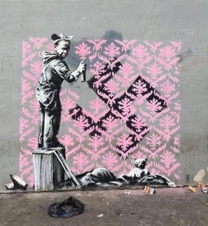 Según informó la cadena «BFM TV», esta obra fue realizada el 20 de junio ocn motivo del Día Mundial del Refugiado. En ella podemos ver a una niña tapando una esvástica con un mosaico de flores.
