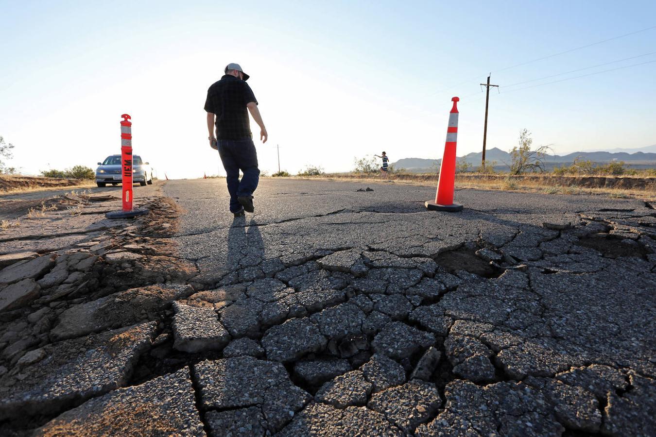 Grietas abiertas en una carretera tras el potente terremoto de California