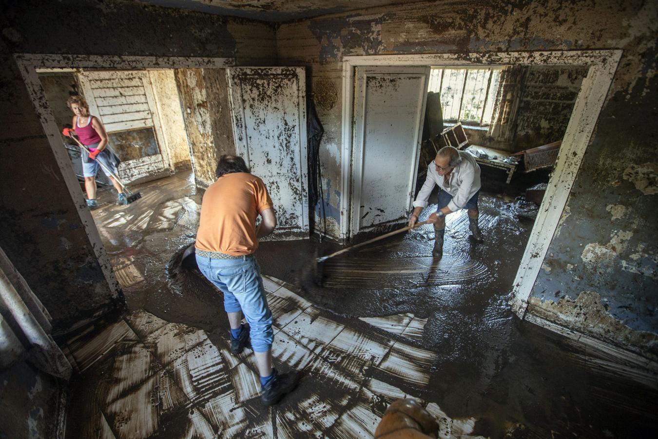 Vecinos de Las Navas limpian su casa