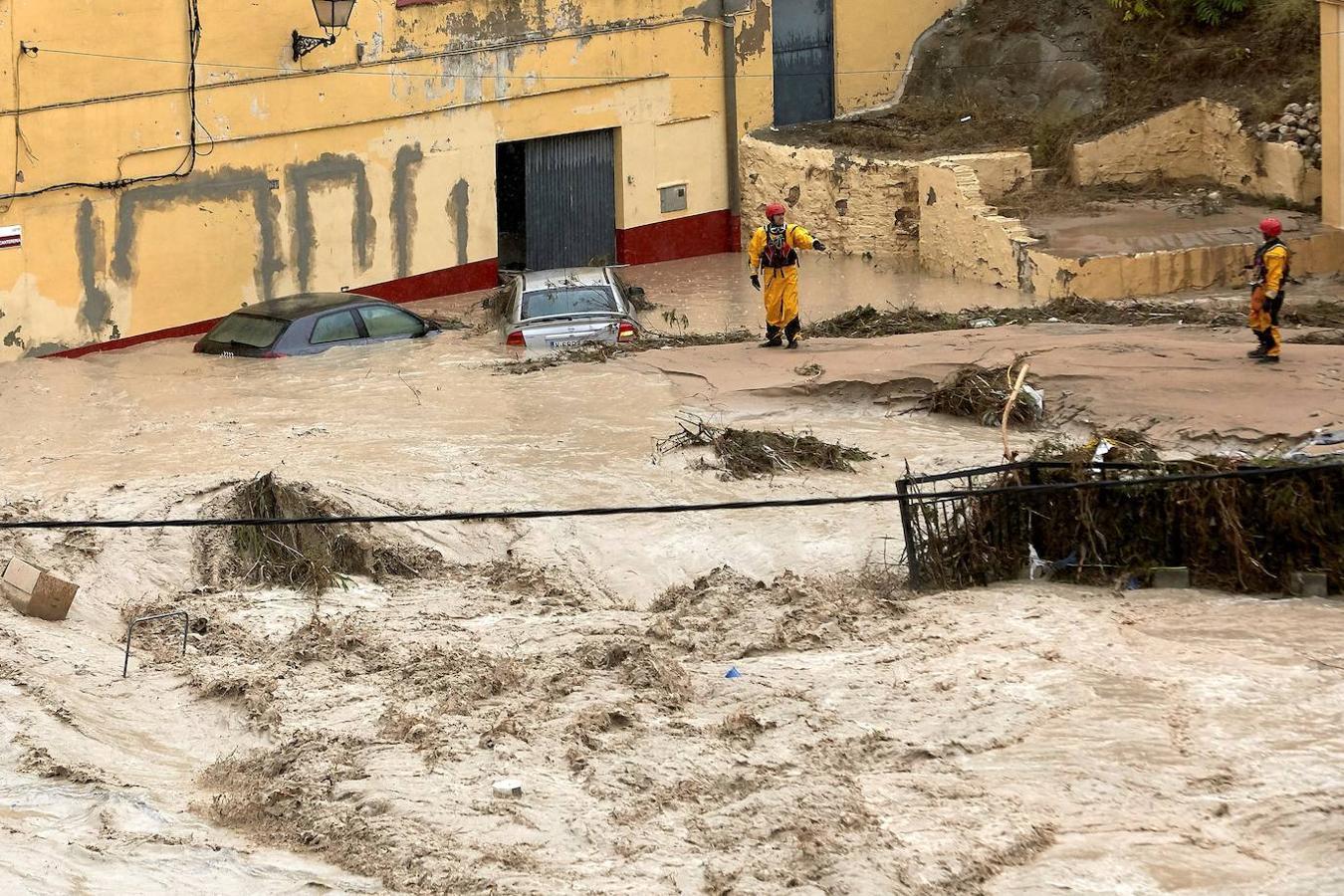 Miembros del equipo de rescate inspeccionan este jueves Ontinyent donde el río Clariano se ha desbordado a su paso por la localidad valenciana