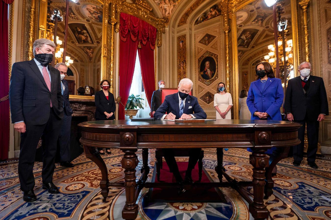 Biden firma sus primeros documentos como nuevo presidente de Estados Unidos