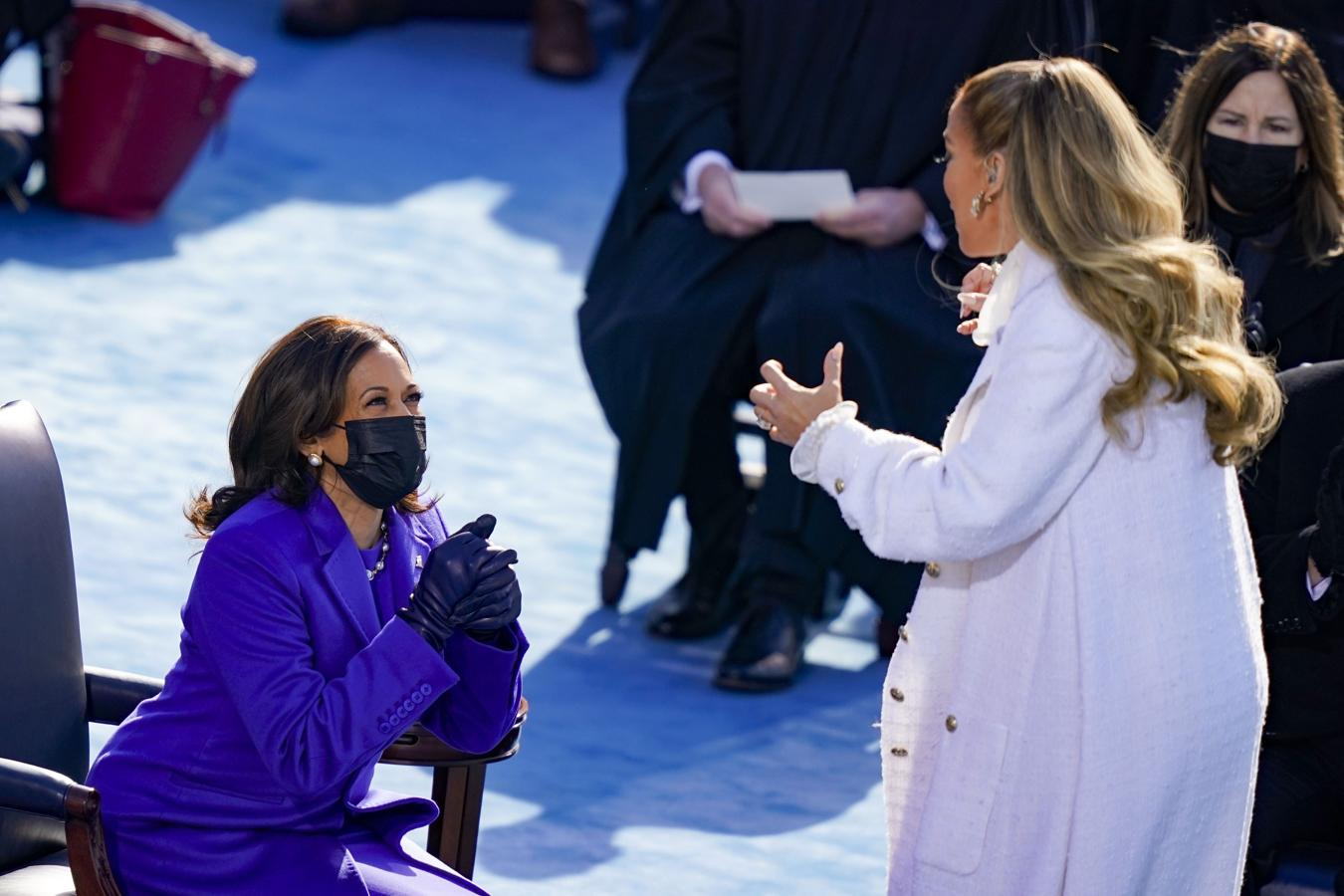 Kamala Harris contempla a Jennifer López durante su actuación