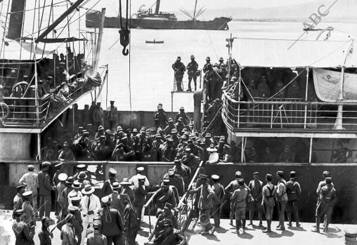 Llegada de refuerzos. El muelle durante el desembarco de los soldados de intendencia en agosto de 1921