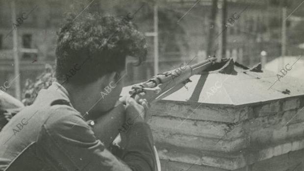 Madrid. 19/07/1936. Guerra Civil Española. Un milliciano republicano durante el combate con las tropas nacionales del Cuartel de la Montaña.