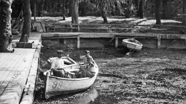 Las filtraciones, el calor y la falta de agua casi secaron el estanque del Retiro en 1935