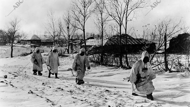 Rusia. 1941 (CA.). Un grupo de soldados de la División Azul española camina a través de la nieve