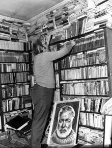José Luis Castillo Puche en su biblioteca particular.
