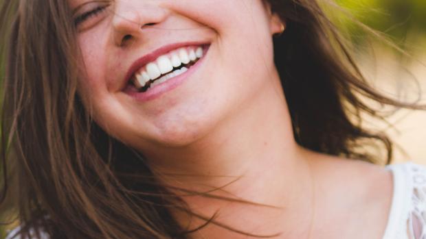 Evitar las bebidas carbonatadas y los azúcares es esencial para el cuidado de nuestra sonrisa