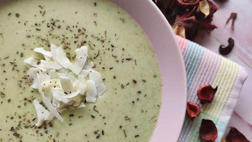Crema de brócoli y patata con crip de coco.