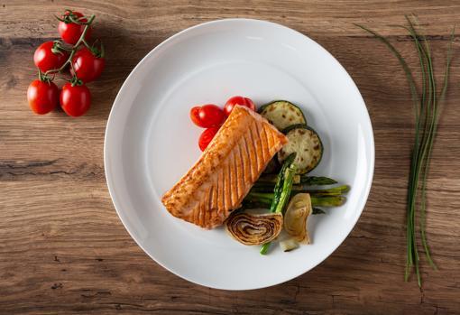 Salmón a la plancha con verduras.