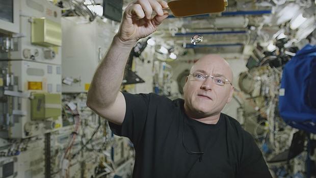 El astronauta Scott Kelly juega al ping pong con una bola de agua en el espacio