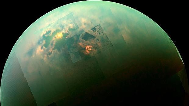 Destellos de luz solar en los mares del norte de Titán, en el infrarrojo cercano