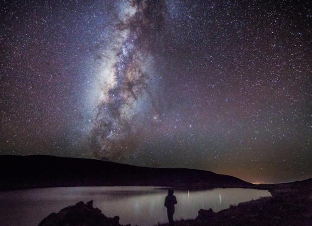 Fotografía de la Vía Láctea delante de uno de los autores del estudio, presentado este martes