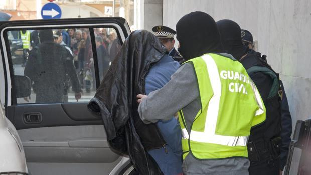 La Guardia Civil introduce en un coche a un detenido el pasado 15 de marzo