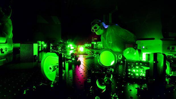 Un científico en el trabajo en el Laboratorio de Luz Extrema en la Universidad de Nebraska-Lincoln