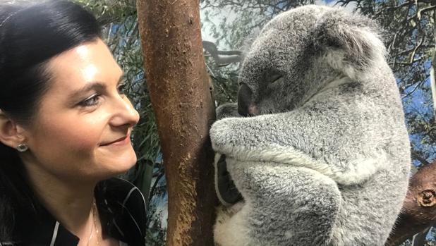 La profesora Rebecca Johnson con un koala