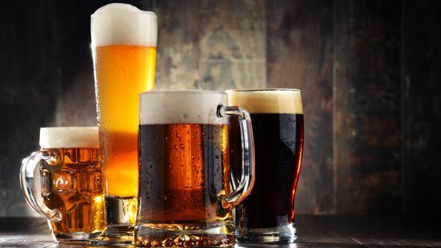 Unos vasos de cerveza, la bebida alcohólica más popular del mundo