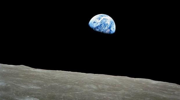 Una de las primeras fotografías de la Tierra desde la órbita de la Luna