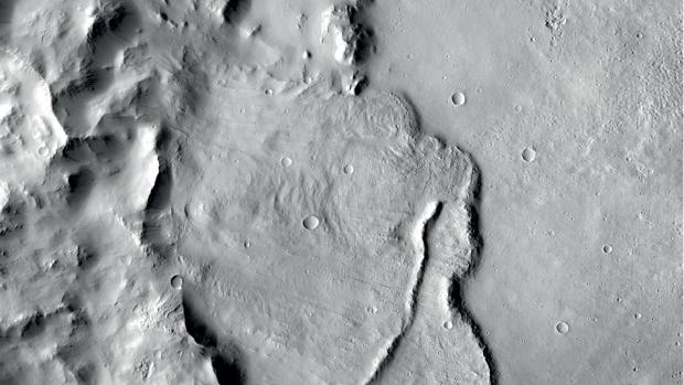 Ejemplo de formaciones geológicas en una cuenca profunda en Marte que muestran que fue influenciada por guas subterráneas miles de millones de años atrás