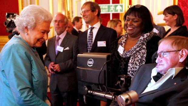 Patricia Dowdy junto a Stephen Hawking (izquierda) en la recepción en Buckingham Palace