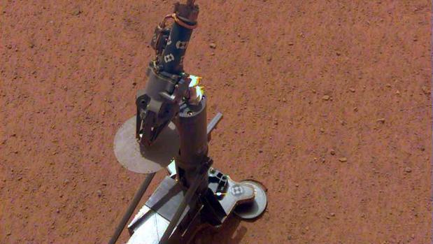 El equipo de InSight después de ser desplegado sobre la superficie terrestre de Marte