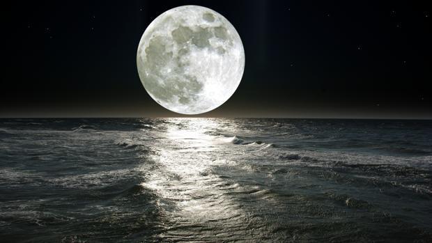 La gravedad que la Luna ejerce sobre la Tierra provoca las mareas