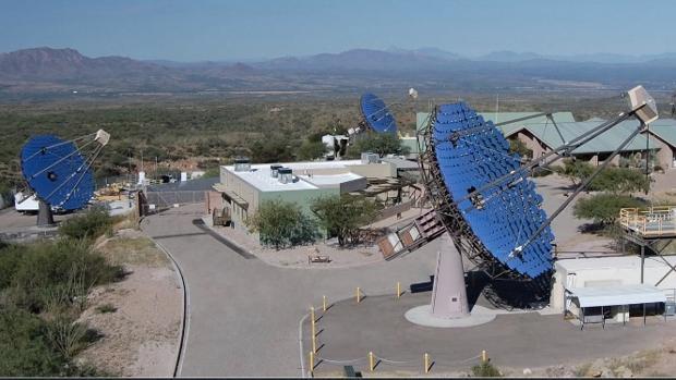 El sistema VERITAS consta de cuatro telescopios ópticos de 12 metros. Con él se podrán detectar pulsos láser procedentes de otras estrellas