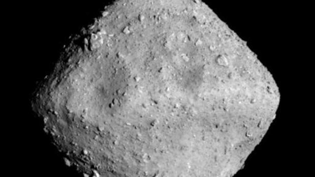 Fotografía del asteroide Ryugu, un objeto de cerca de un kilómetro de longitud visitado por la sonda japonesa Hayabusa 2