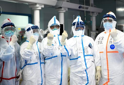 Médicos en el hospital popular de la Universidad de Wuhan, en China, este jueves